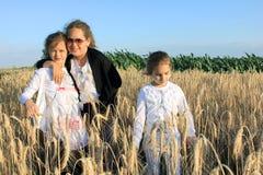 Muchachas en el campo de trigo Fotografía de archivo libre de regalías