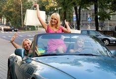 Muchachas en el coche después de hacer compras fotos de archivo