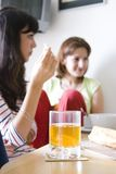 Muchachas en el desayuno imágenes de archivo libres de regalías