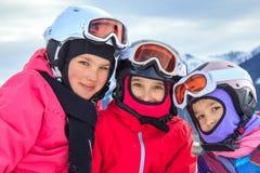 Muchachas en el esquí fotografía de archivo libre de regalías