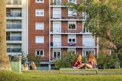 Muchachas en el parque de Biarritz del chalet, Montevideo, Uruguay Foto de archivo libre de regalías