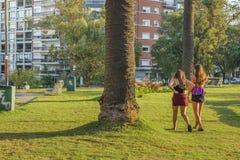 Muchachas en el parque de Biarritz del chalet, Montevideo, Uruguay Imágenes de archivo libres de regalías