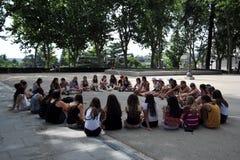 Muchachas en el parque de la plaza de Oriente en el centro de Madrid Imágenes de archivo libres de regalías