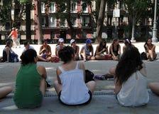 Muchachas en el parque de la plaza de Oriente en el centro de Madrid Imagen de archivo libre de regalías