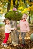 Muchachas en el parque del otoño Fotografía de archivo libre de regalías