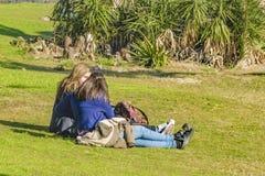 Muchachas en el parque, Punta del Este, Uruguay Imagen de archivo libre de regalías