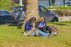 Muchachas en el parque, Punta del Este, Uruguay Foto de archivo