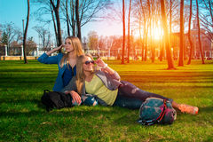 Muchachas en el parque que se relaja Foto de archivo