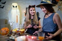 Muchachas en el partido de Halloween Foto de archivo libre de regalías