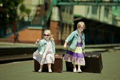 Muchachas en el railw Fotos de archivo