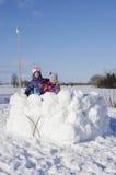 Muchachas en fuerte de la nieve Fotografía de archivo libre de regalías