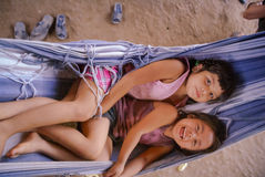 Muchachas en hamaca azul en Bolivia fotos de archivo libres de regalías