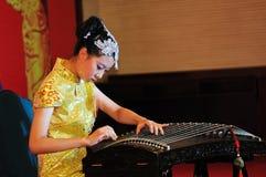 Muchachas en jugar el guzheng Foto de archivo libre de regalías