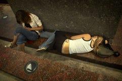 Muchachas en la calle adentro hacia fuera Fotografía de archivo libre de regalías