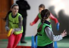 Muchachas en la competición del atletismo de IAAF Kidâs Fotos de archivo libres de regalías