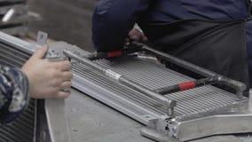 Muchachas en la empresa recoger los radiadores de aluminio del sistema de enfriamiento Primer de las manos de trabajadores almacen de metraje de vídeo