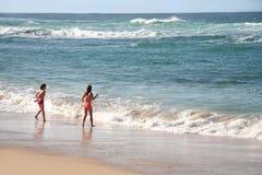Muchachas en la playa fotografía de archivo