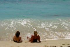 Muchachas en la playa Foto de archivo libre de regalías