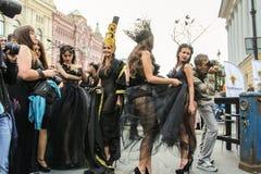 Muchachas en la sesión fotográfica de la calle Foto de archivo