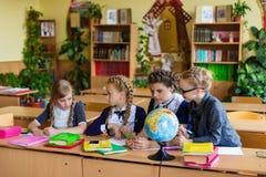 Muchachas en los escritorios de la escuela Imagen de archivo libre de regalías