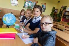 Muchachas en los escritorios de la escuela Foto de archivo