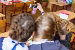 Muchachas en los escritorios de la escuela Imágenes de archivo libres de regalías