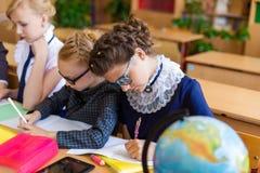 Muchachas en los escritorios de la escuela Foto de archivo libre de regalías