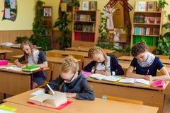 Muchachas en los escritorios de la escuela Imagen de archivo