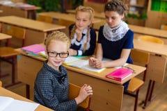 Muchachas en los escritorios de la escuela Fotografía de archivo libre de regalías