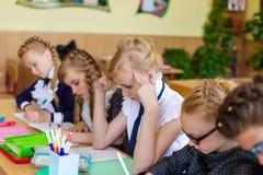 Muchachas en los escritorios de la escuela Fotos de archivo libres de regalías