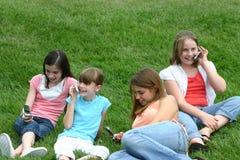 Muchachas en los teléfonos celulares Imágenes de archivo libres de regalías