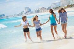 Muchachas en medio de una playa tropical Imágenes de archivo libres de regalías