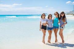 Muchachas en medio de una playa tropical Foto de archivo