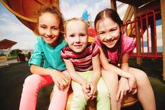 Muchachas en parque de atracciones Foto de archivo libre de regalías