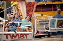 Muchachas en paseo en la feria de diversión Fotos de archivo