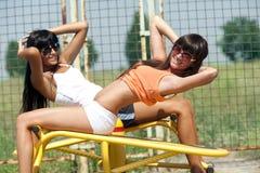Muchachas en patio del deporte imagen de archivo libre de regalías