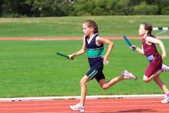 Muchachas en raza de los deportes Fotos de archivo libres de regalías