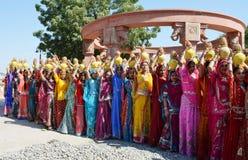 Muchachas en rituales religiosos en la ropa tradicional de Rajasthani fotos de archivo