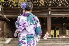 Muchachas en ropa tradicional en la entrada a Chion-en el templo en Kyoto, Japón fotografía de archivo