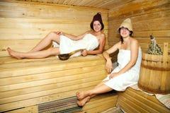 Muchachas en sauna Imagen de archivo libre de regalías