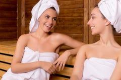 Muchachas en sauna. Imagenes de archivo