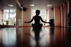 Muchachas en sitio de la yoga Fotos de archivo