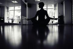 Muchachas en sitio de la yoga Foto de archivo libre de regalías