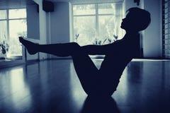 Muchachas en sitio de la yoga Foto de archivo