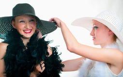 Muchachas en sombrero y boa fotografía de archivo