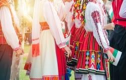 Muchachas en trajes búlgaros con las banderas imagenes de archivo