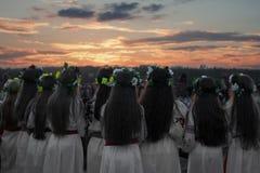 Muchachas en una danza, rito del ` s de la gente, guirnaldas en sus cabezas, un día de fiesta de Ivan Kupala fotografía de archivo libre de regalías