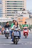 Muchachas en una e-bici en el centro de ciudad, Kunming, China Foto de archivo