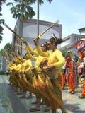 Muchachas en vestidos amarillos en festival indonesio imagen de archivo