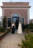 Muchachas en victoriano delante de casa vieja foto de archivo